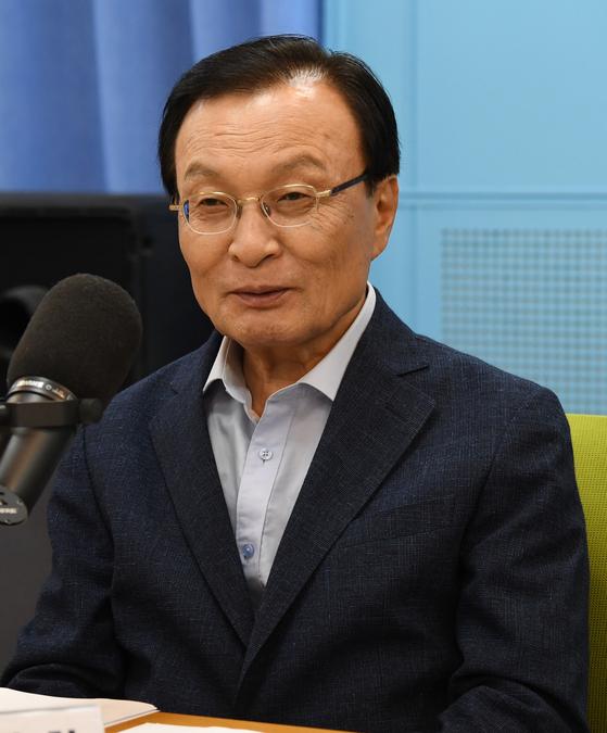 더불어민주당 이해찬 당대표 후보가 6일 오후 서울 양천구 CBS사옥을 방문, CBS라디오 '시사자키 정관용입니다' 에 출연해 당대표 후보들과 토론을 하고 있다.