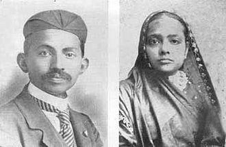 1909년 남아프리카에서 변호사로 일하던 당시 마하트마 간디 부부..간디의 본명은 모한다스 간디다. [위키피디아]