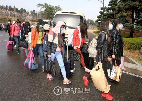 중국 저장성 류경식당에서 탈북한 종업원들이 2016년 4월 입국해 보호시설로 이동하고 있다.  [중앙포토]