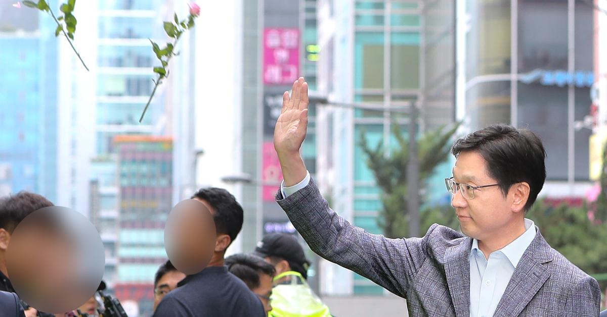 '드루킹' 일당의 댓글 공작에 연루된 의혹을 받고 있는 김경수 경남도지사가 6일 오전 서울 서초구 허익범 특검 사무실에 피의자 신분으로 조사를 받기 위해 출석하며 지지자들의 꽃세례를 받고 있다. 뉴스1