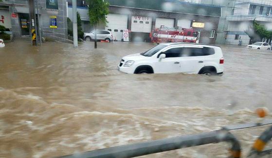 강원 영동지역에 호우경보가 내려진 6일 강원 속초시 청학동 일대가 침수돼 있다. 이날 오전 11시 기준 속초지역 강수량은 274.3㎜를 기록했다. [독자제공=뉴스1]