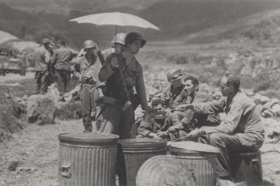 1950년 8월 낙동강 방어전 당시에 양산을 들고 햇볕을 피하며 배식을 받는 미 25사단 장병의 모습. 이처럼 모든 수단을 동원하여 더위를 피하면서 전투를 벌였다. [사진 미 육군]
