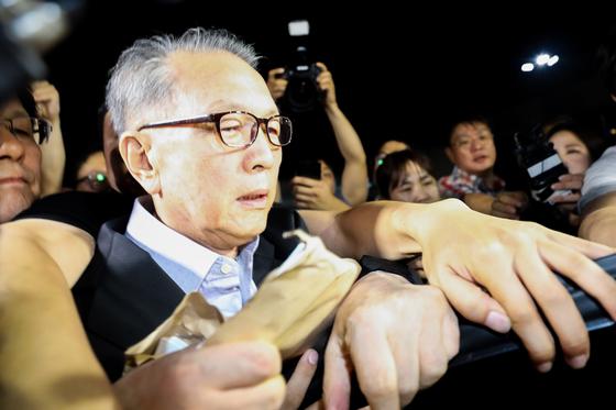 '문화·예술계 블랙리스트' 작성을 지시한 혐의로 구속기소된 김기춘 전 대통령 비서실장이 6일 새벽 석방돼 서울 동부구치소를 나서고 있다. [뉴스1]
