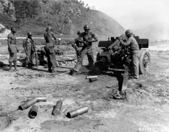 1950년 7월 한국전쟁에서 포격 중인 미군 [사진 미군]