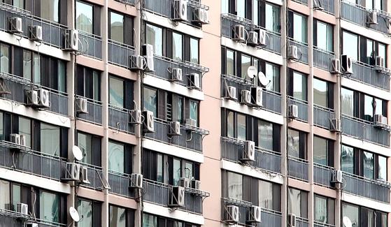 서울 이촌동 한 아파트에 달려 있는 에어컨 실외기의 모습. 최근 전기요금 부담 때문에 폭염에도 에어컨 사용을 자제하는 가정이 늘고 있다. [중앙포토]