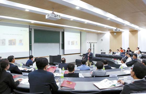 고려대 경영전문대학원 최고경영자과정은 다양한 분야에서 기업 경영자의 역량을 키울 수 있는 프로그램으로 구성된다.