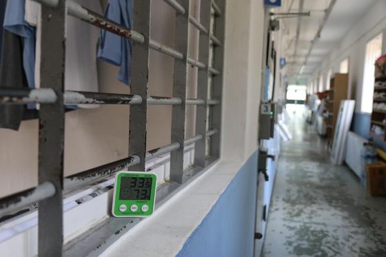 수용자 복도에 놓인 온도계는 지난 3일 오후 1시 33.5도를 가리켰다. [사진 의정부교도소]