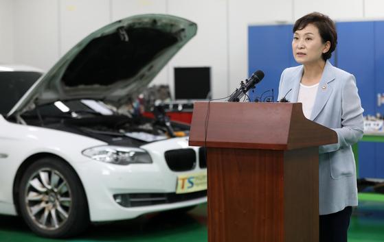 김현미 국토교통부 장관이 8일 오후 경기도 화성시 한국교통안전공단 자동차안전연구원 내 결함조사센터에서 'BMW차량 화재' 관련 리콜 제도 보완 대책을 발표하고 있다. [중앙포토]