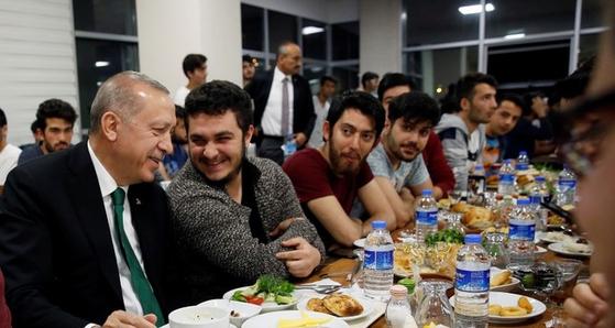 레제프 타이이프 에르도안 터키 대통령이 앙카라에 있는 일디림 베야지트 대학교 기숙사에서 학생들과 사후르 식사를 하는 모습. [데일리 사바 캡처]