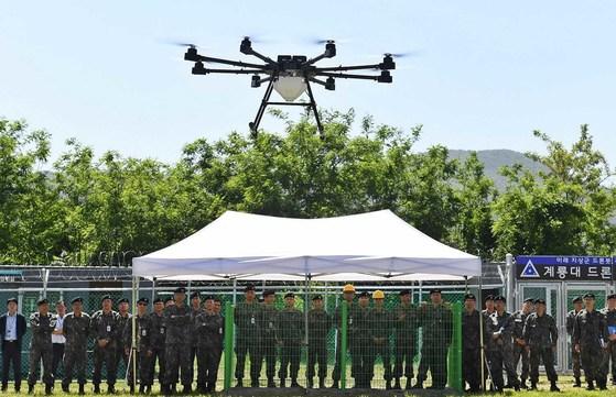 지난 5월 23일 충남 계룡대에서 열린 드론교육센터 개원식에서 드론 실비행 시범이 펼쳐지고 있다. 2018.5.23 [육군]