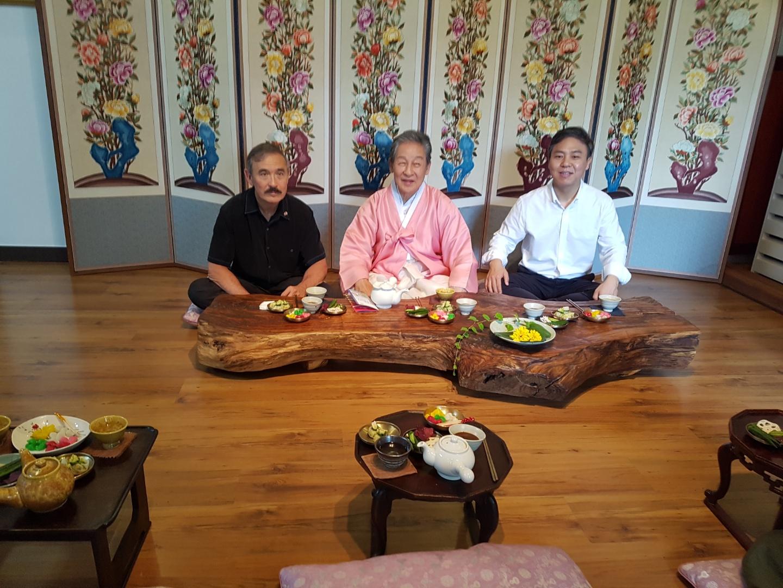 해리스(왼쪽) 주한 미국대사와 이석(가운데) 황실문화재단 총재, 김승수(오른쪽) 전주시장이 승광재에서 모란차를 마시며 더위를 식히고 있다. 전주=김준희 기자
