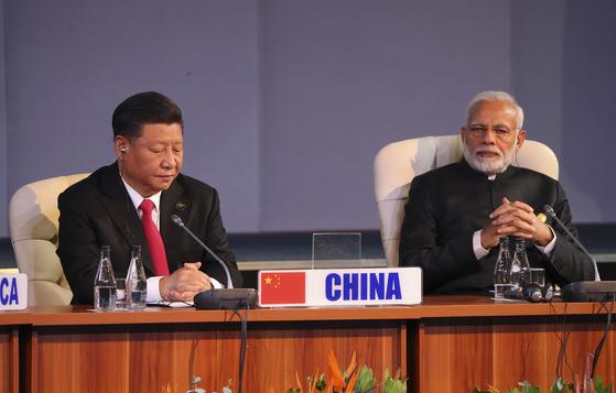 지난 7월27일 남아프리카공화국 요하네스버그에서 열린 브릭스 정상회의에 참석한 중국 시진핑 국가주석(왼쪽)과 인도 나렌드라 모디 총리. [EPA=연합뉴스]