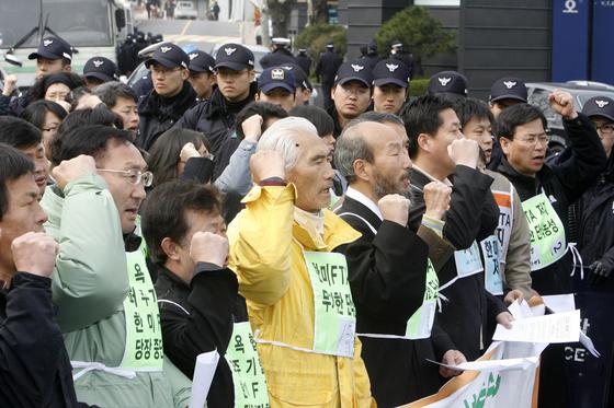 2007년 3월 26일 한미FTA저지범국민운동본부회원들이 최종협상을 벌이고 있는 서울 하얏트호텔앞에서 FTA저지 기자회견을 한뒤 구호를 외치고 있다. [중앙포토]
