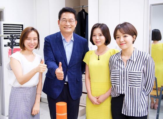송영길 의원이 대전MBC 민주당 당대표 후보 토론회를 앞두고 분장을 마친 뒤 아나운서 등과 사진을 찍는 모습. [송영길 의원실 제공]