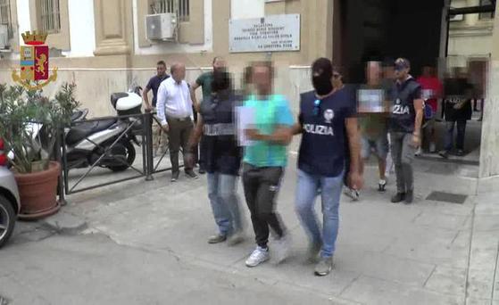 8일 이탈리아 팔레르모에서 보험사기 용의자가 경찰에 연행되고 있다. [ANSA통신=연합뉴스]