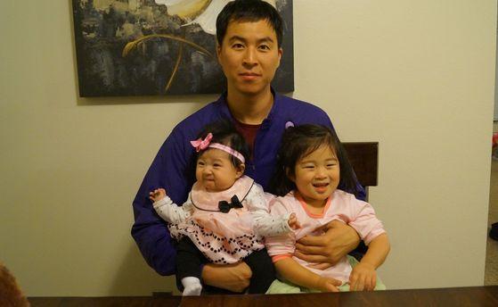 이민 8년차에 미 원호부 직원이 된 남선우씨가 두 딸과 함께 찍은 사진. [사진 남선우]
