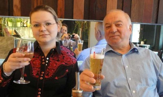 맹독성 신경작용제 노비촉에 노출됐다가 가까스로 의식을 되찾은 전직 러시아 이중스파이 세르게이 스크리팔(오른쪽)과 그의 딸 율리아 스크리팔. [사진 율리아 SNS]
