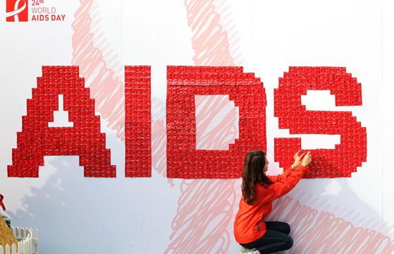 붉은색 콘돔으로 만든 AIDS 이미지 [연합뉴스]