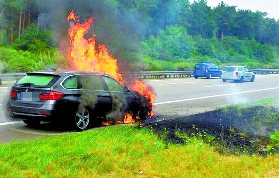 지난달 22일 독일 A2 고속도로 베를린 방향에서 화재가 발생한 BMW 차량. [사진 TAG24]