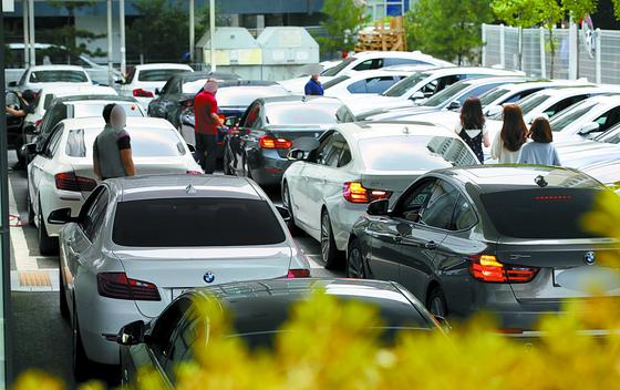잇따른 주행 중 화재로 BMW 차량에 대한 리콜이 결정된 가운데 3일 서울 시내 한 BMW 서비스센터에 리콜로 점검을 받으려는 BMW 차량들이 붐비고 있다. [연합뉴스]