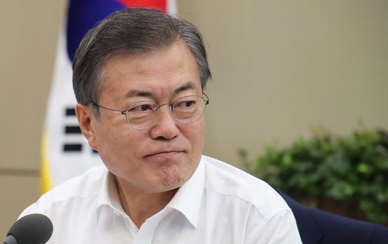 문재인 대통령이 6일 오후 청와대 여민관에서 열린 수석·보좌관 회의에 입장한 뒤 회의 참석자들을 바라보고 있다. [연합뉴스]