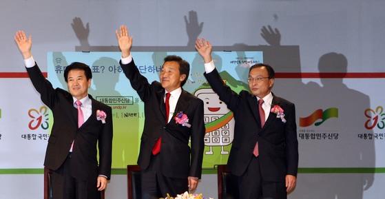 2007년 대통합민주신당 대통형 후보였던 정동영, 손학규, 이해찬 후보가 합동연설회에서 지지자들의 환호에 손을 흔들며 답하고 있다. [중앙포토]