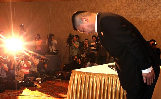 지난 2011년 9월 탈세혐의을 받았던 개그맨 강호동이 서울가든호텔에서 기자회견을 열고 연예계에서 잠정은퇴하겠다는 입장을 밝힌 뒤 머리를 숙여 사죄의 뜻을 표하고 있다. [중앙포토]