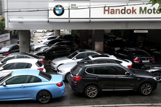 9일 오후 서울 서초구에 위치한 한 BMW 서비스센터가 안전 점검 등을 받으려는 차량들로 붐비고 있다. 장진영 기자
