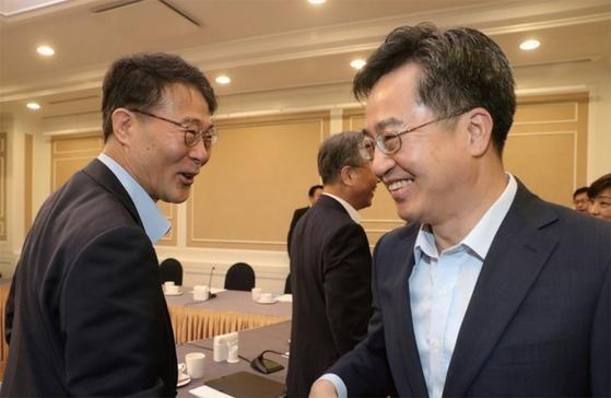 지난 6월 경제현안간담회에서 인사를 나누는 김동연 부총리와 장하성 정책실장(왼쪽). 일부 경제 현안에서는 엇박자를 내면서 '김동연 패싱' 논란을 불러오기도 했다. [중앙포토]
