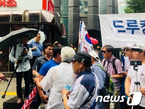 김경수 경남도지사 지지자와 보수단체 회원들이 9일 서울 서초구 특검 사무실 앞에서 몸싸움을 벌이고 있다. [사진 뉴스1]