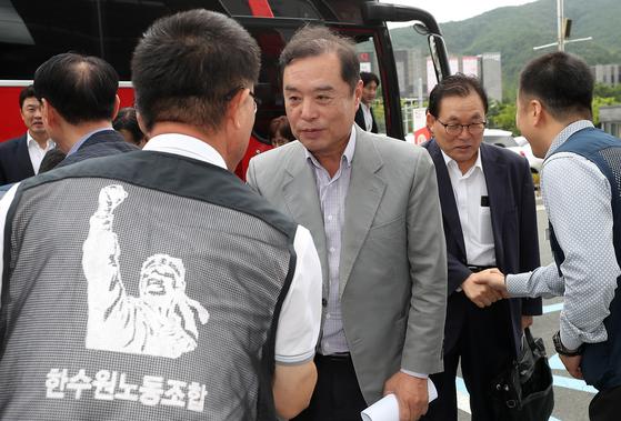 자유한국당 김병준 비상대책위원장이 9일 오전 경북 경주를 찾아 한국수력원자력 노조를 만나고 있다. [연합뉴스]