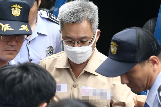 인터넷 댓글 여론조작 혐의를 받는 파워블로거 '드루킹' 김모씨가 9일 오후 서울 서초구 특검 사무실에 조사를 받기 위해 호송차에서 내려 특검사무실로 향하고 있다. 오종택 기자