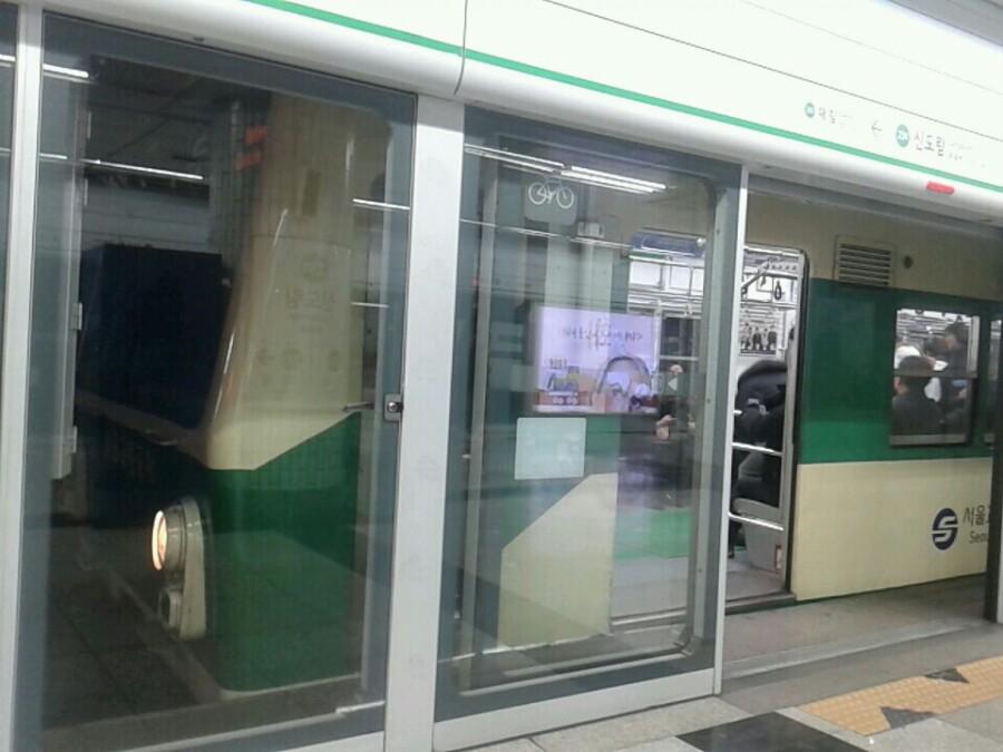 서울지하철 2호선의 운영을 1시간 줄이면 연간 25억원이 절감된다고 한다. [중앙포토]