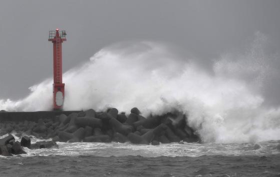 제12호 태풍 종다리가 일본 열도를 횡단하는 가운데 28일 오후 일본 동부 지바현 가모가와시의 한 항구의 방파제에 파도가 부딪히고 있다. [연합뉴스]