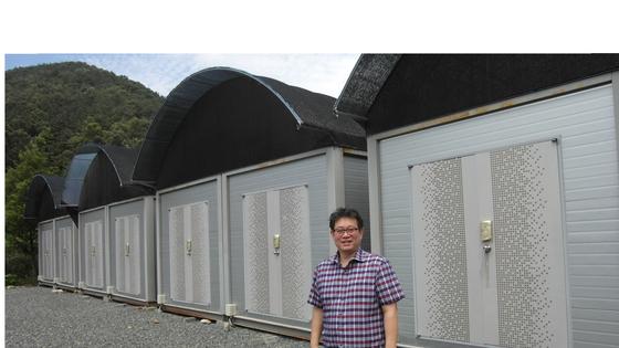 전주의 귀뚜라미 대량 사육 연구동 앞에 서 있는 이삼구 대표 [조강수 기자]