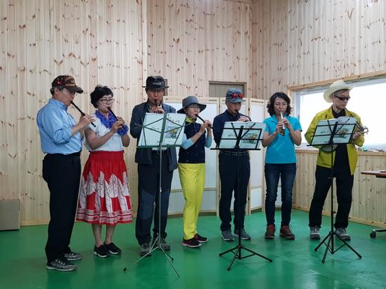 인생학교 워크삽에서 휘슬 공연을 했다. [사진 허천범]