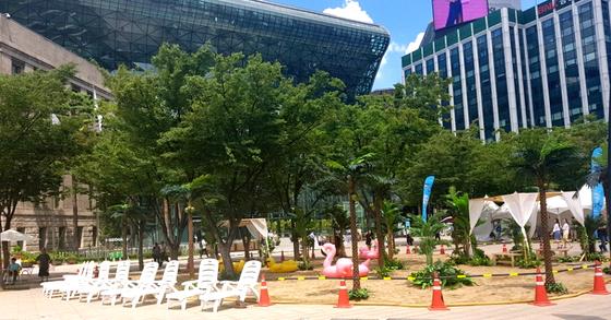 불볕더위가 계속된 10일 서울 중구 서울시청 앞 광장에 마련된 미니 인공해변이 썰렁한 모습을 보이고 있다. 정은혜 기자