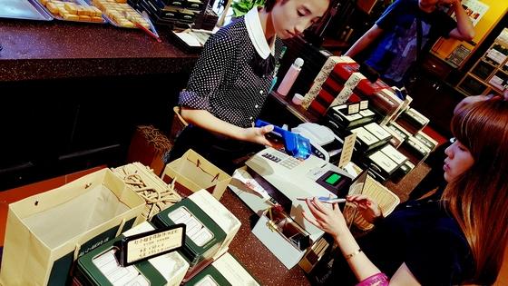중국에선 모바일 결제가 일상화됐다. 번화가 점포에서 고객이 물건을 구입하고 스마트폰을 꺼내들면 가게 점원이 전자결제 리더기로 순식간에 계산을 끝낸다. [중앙포토]