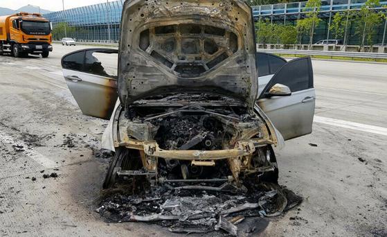 9일 오전 8시 50분께 경기도 의왕시 제2경인고속도로 안양방향 안양과천TG 인근을 지나던 BMW 320d에서 불이 나 출동한 소방관에 의해 15분 만에 꺼졌다. [경기도재난안전본부 제공]