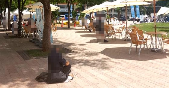 서울시는 오는 11일까지 서울광장과 광화문광장, 청계광장 등 도심 광장 3곳에서 '2018 서울 문화로 바캉스'를 연다. 오후 5시부터 인공해변이 개장되는 가운데, 한 노숙인이 서울광장에 앉아 물을 마시고 있다. 정은혜 기자