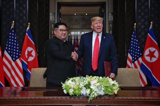 지난 6월 12일 싱가포르 센토사 섬 카펠라호텔에서 열린 북미정상회담에서 북한 김정은 국무위원장과 미국 도널드 트럼프 대통령이 공동합의문에 서명을 마친 뒤 악수하는 모습.