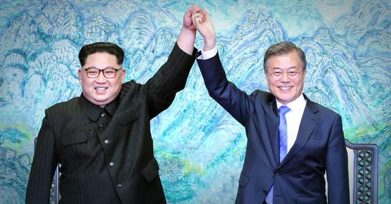 지난 4월 27일 오후 판문점 평화의 집에서 열린 남북 정상회담에서 문재인 대통령(오른쪽)과 김정은 북한 국무위원장. [청와대사진기자단]