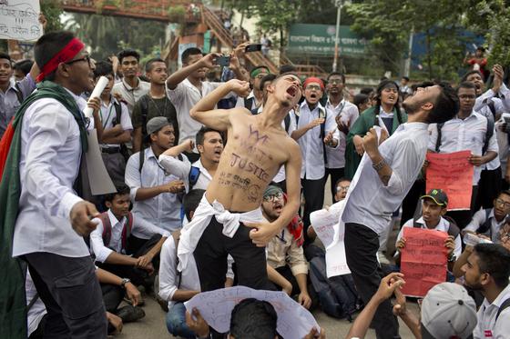 시위 구호를 외치는 방글라데시 학생들. [AP=연합뉴스]