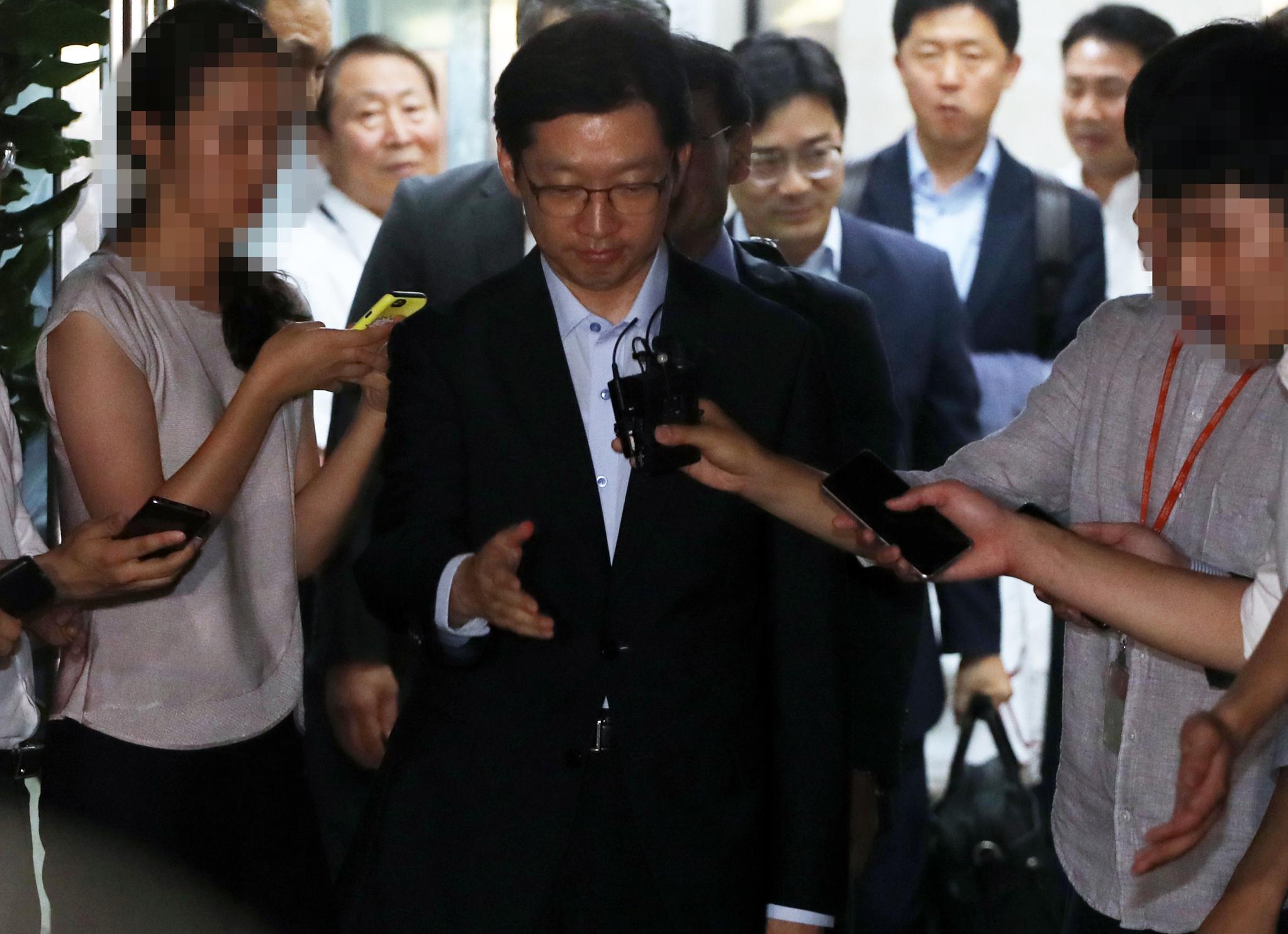 김경수 경남지사가 10일 새벽 드루킹 댓글 조작 공모 관련 2차 소환조사를 마친뒤 강남 특검 사무실을 나서며 기자들의 질문을 받고 있다. [연합뉴스]