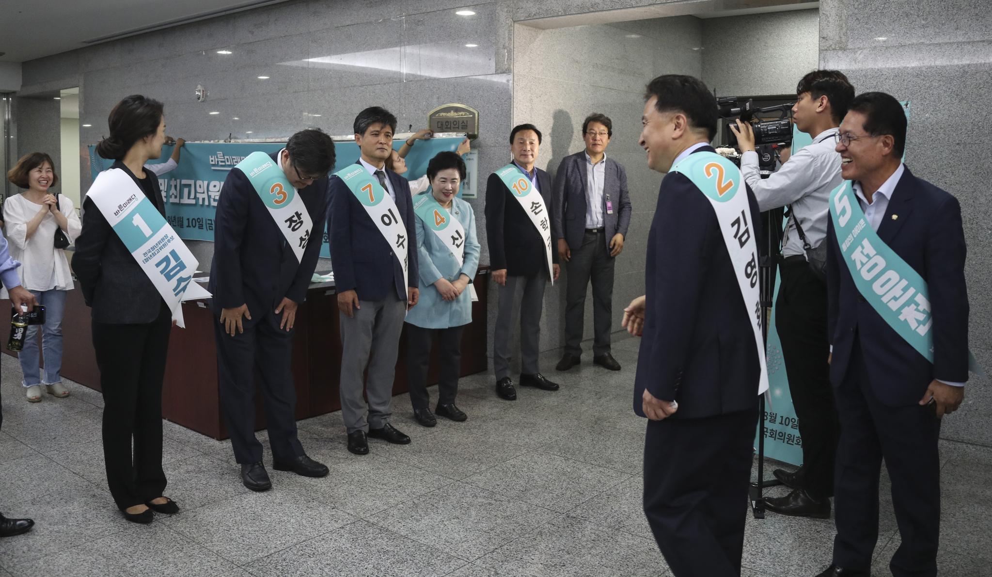 후보들이 발표회장으로 들어가는 당원에게 인사하고 있다. 임현동 기자