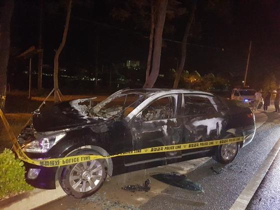 지난 9일 새벽 경북 상주시 25번 국도에서 서행하던 에쿠스 승용차에서 불이 나 1명이 숨지고 1명이 다쳤다. 경찰은 차량 결함인지, 다른 원인이 있는지 조사하고 있다. [연합뉴스]