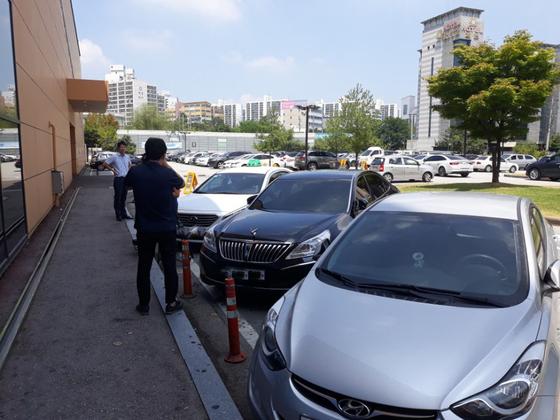 지난 7일 현금수송업체 직원이 현금 2억원을 갖고 달아난 천안의 한 대형마트 주차장. 용의자는 이곳에서 현금을 자신의 승용차에 옮겨 싣고 달아났다. [연합뉴스]
