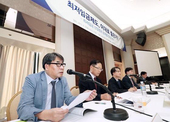 지난해 9월 12일 한국경영자총협회 주최로 열린 '최저임금제도, 이대로 좋은가?' 토론회에서 패널들이 문제점 개선 방안을 제시하고 있다. [연합뉴스]