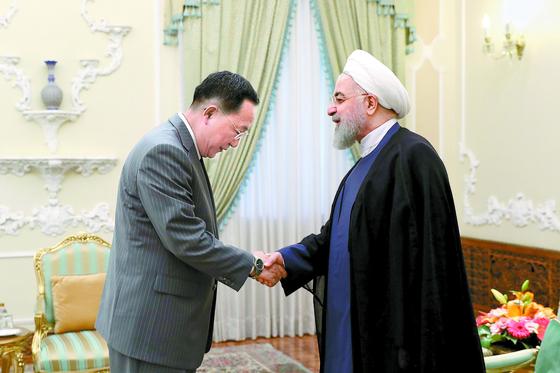 8일 하산 로하니 대통령을 만나 고개 숙이며 악수하고 있는 이용호 북한 외무상. [AP=연합뉴스]
