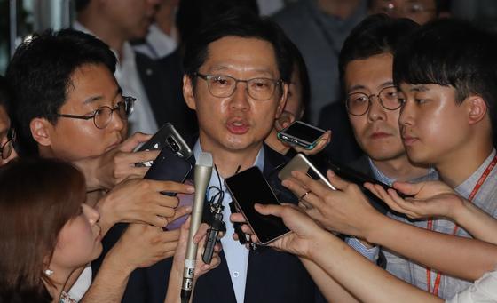 김경수 경남지사가 10일 새벽 드루킹 댓글 조작 공모 관련 2차 소환조사를 마친뒤 강남 특검 사무실을 나서고 있다. [연합뉴스]